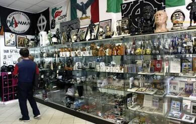 Immagine News - il-castoro--giorni-contati-per-i-negozi-di-souvenir-fascisti