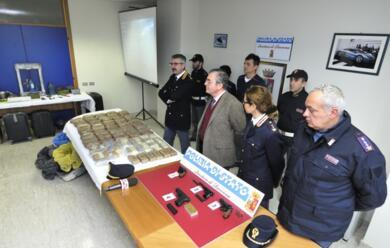 Immagine News - ravenna-scoperta-centrale-di-stupefacenti-per-il-nord-italia.-sequestrata-eroina-per-un-milione-di-euro.