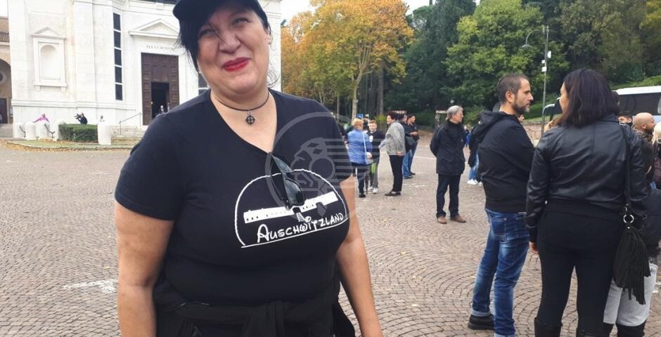 """Gnassi si scaglia contro la donna con la maglietta """"Auschwitzland"""""""