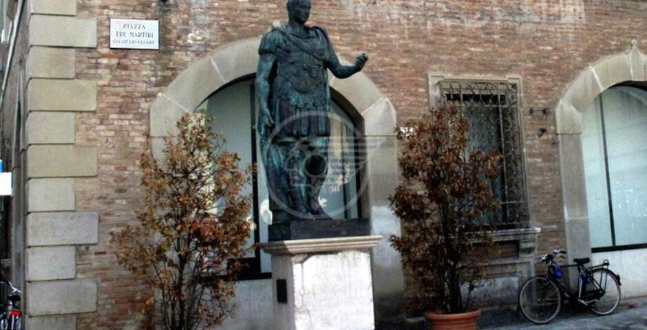 Ancora da restaurare e valorizzare la statua di Giulio Cesare