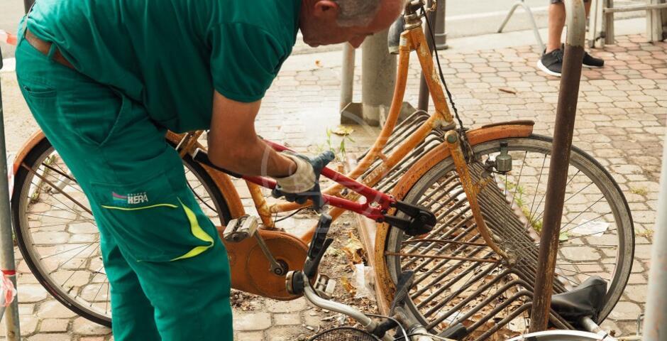 Stazione: iniziata la rimozione delle bici abbandonate