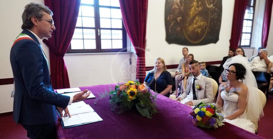 Jova Beach Wedding: Erika e Igor sposi davanti a Gnassi