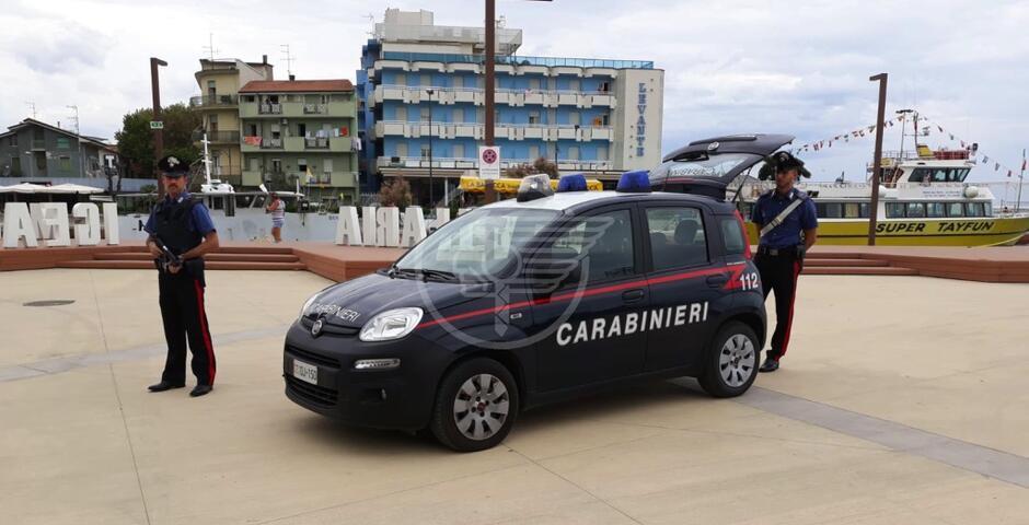 Picchia un turista, due vigili e spintona i carabinieri: è già libero