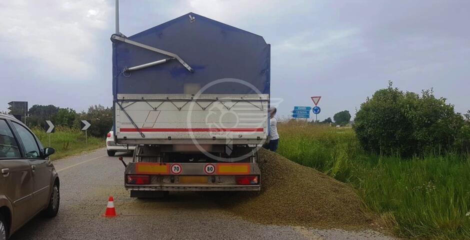 Camion perde parte del carico di pellet in via Costa