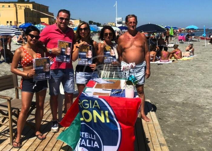 Subito nuove elezioni, banchetto FdI sulle spiagge
