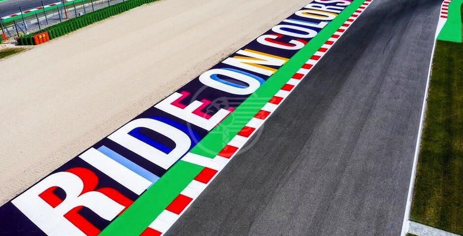 La bandiera della Riders' Land sventola sul World Circuit