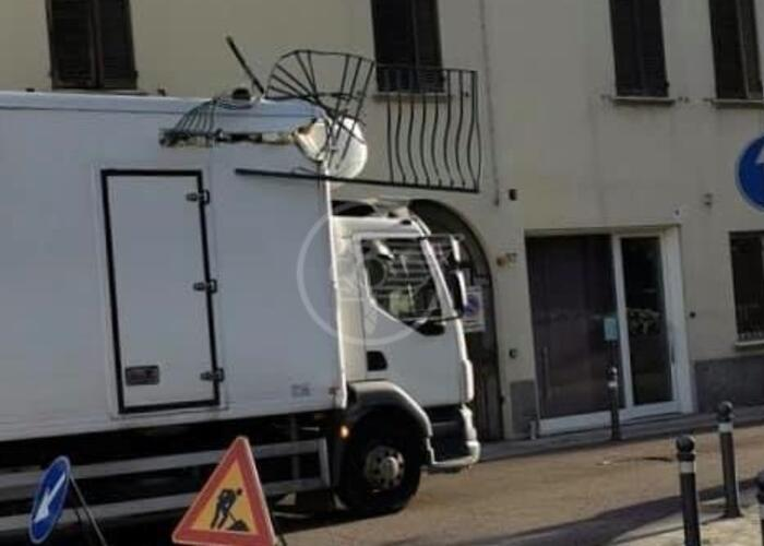 Camion distrugge balconcino in via Ducale