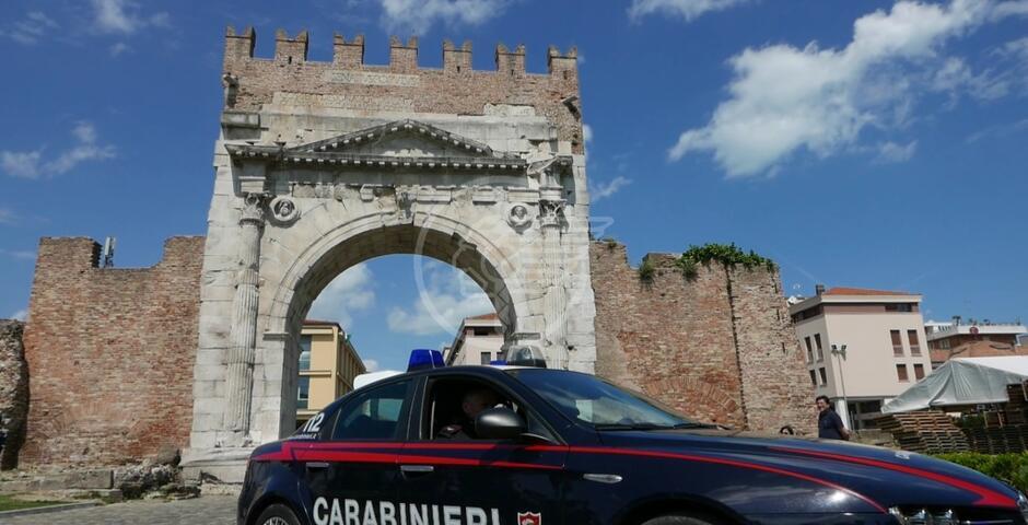 Ruba abiti e fugge, ma all'uscita trova i carabinieri