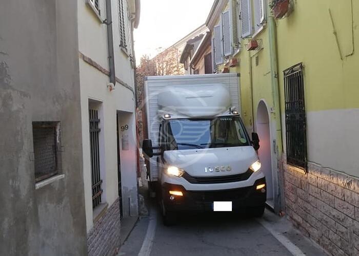 In via S. Chiara il camioncino costretto alla retromarcia