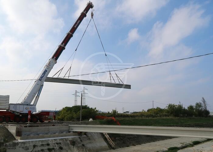 Rotatoria Padulli: iniziata la posa delle 8 travi del nuovo ponte sull'Ausa