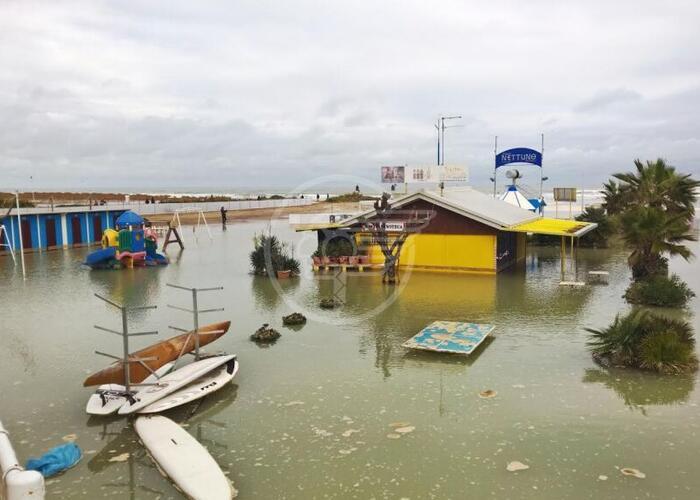 La spiaggia finisce sott'acqua: reportage fotografico