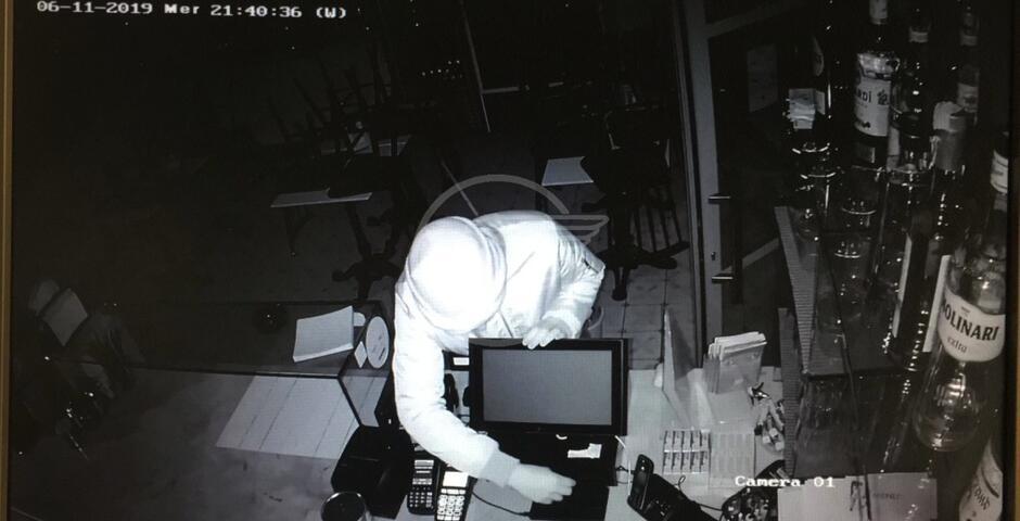 Il ladro tradito da un tatuaggio sulla mano sinistra