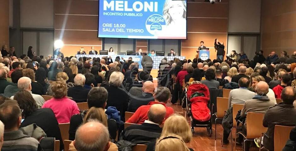 L'abbraccio alla Meloni, ovazioni per la leader di FdI