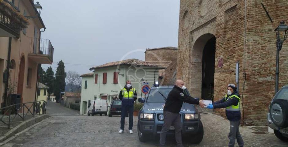 Famiglia di Montefiore dona gel igienizzante a tutti i cittadini: partita la distribuzione porta a porta