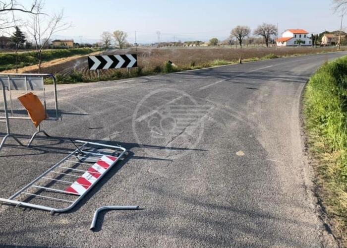 Al confine con S. Mauro barriera rotta e piedini nel fosso