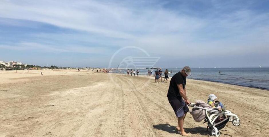 La gente in spiaggia va, ma le ruspe sono al lavoro