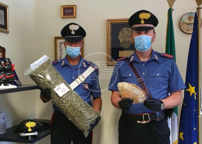 Oltre un chilo di marijuana in auto, 56enne in manette