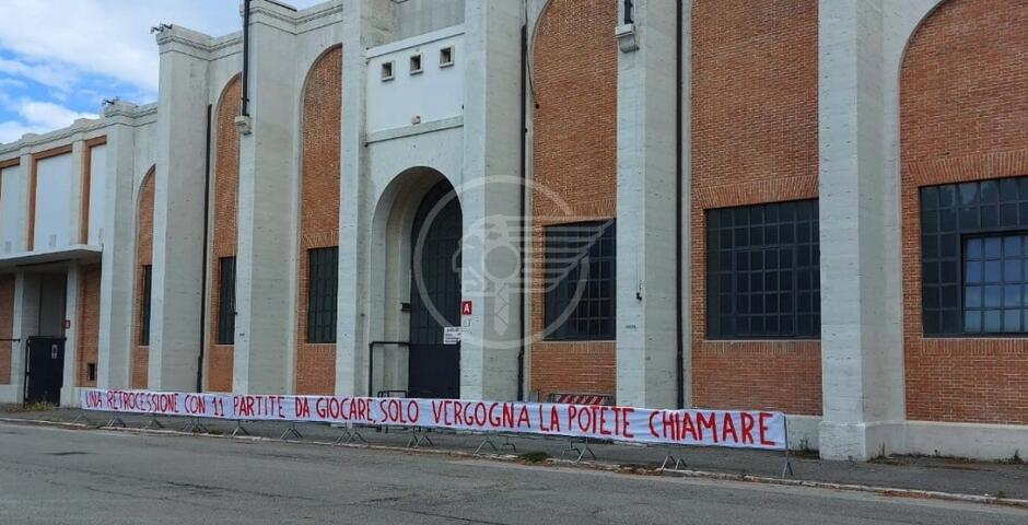 """Striscione davanti al """"Neri"""": la rabbia garbata dei tifosi"""