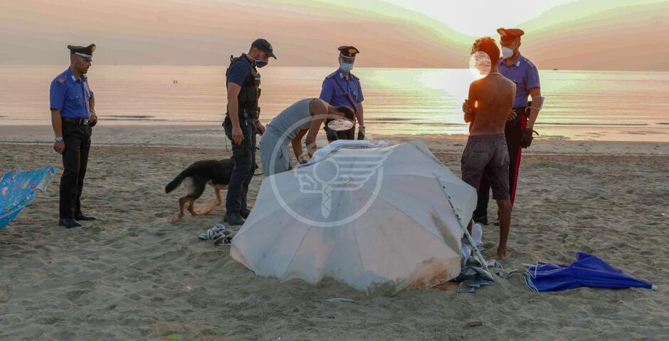 Blitz dei carabinieri nel parco XXV Aprile e in spiaggia: passati al setaccio i bivacchi