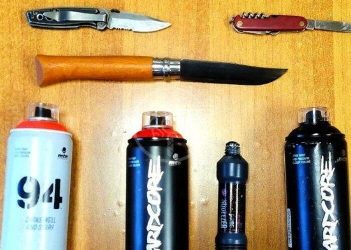 Graffiti sul sottopasso e coltelli addosso: guai per 3 giovani