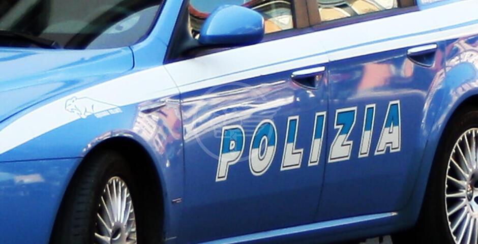 Insulta, picchia e ferisce due agenti: una 38enne in manette