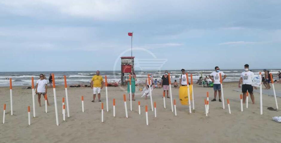 Alla spiaggia libera la battaglia contro i mozziconi di sigaretta