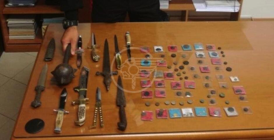 Pugnali, mazza ferrata, scimitarra, coltelli e monete: denunciati 2 mercanti