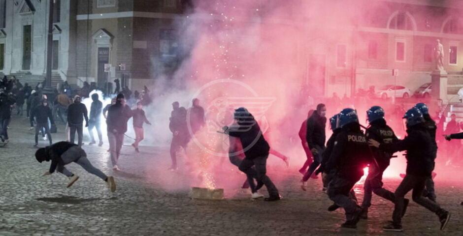 Disordini nella notte a Roma: manifestanti violano il coprifuoco