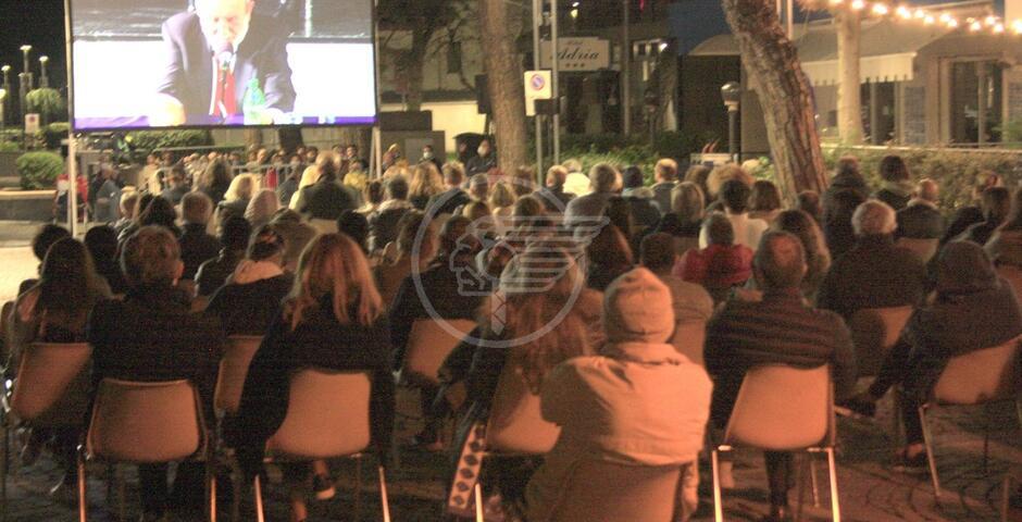 Galimberti riempie teatro e platea all'esterno: che successo!