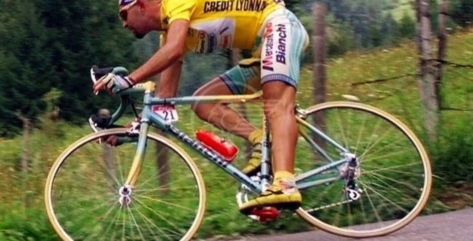 Cassani regala la bici di Marco Pantani a mamma Tonina
