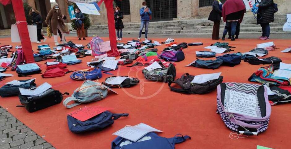 Zainetti in terra e striscioni per riaprire la scuola a chi ora ne resta fuori