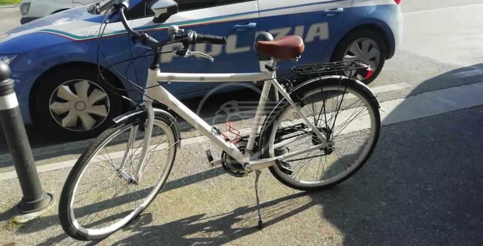 Ladro di biciclette cade nella trappola e se la prende con i poliziotti