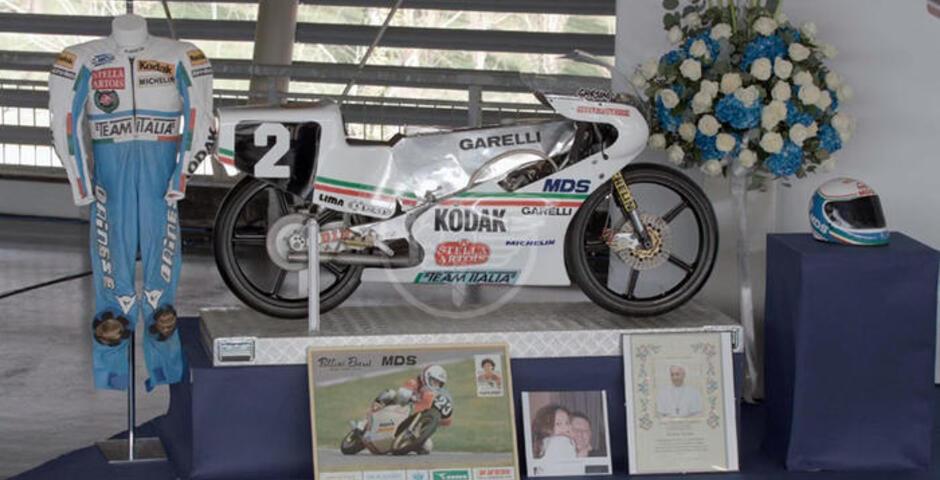 Addio a Gresini all'autodromo, casco e moto sull'altare