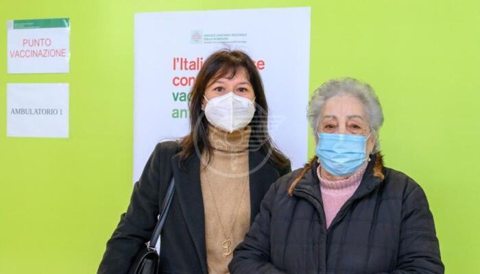 La signora Ornella Vandi, 86 anni, la prima ad essere vaccinata