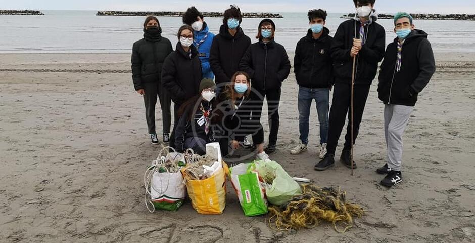 I ragazzi della Compagnia Vento Maestro raccolgono 13 chili di rifiuti sulla spiaggia libera del Beky Bay