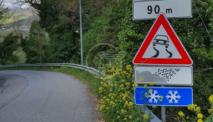 A Gemmano piove al contrario: almeno secondo la segnaletica stradale...