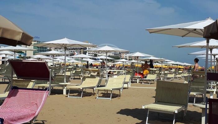 """Emilia-Romagna verso spiagge """"Covid free"""" con vaccino agli operatori balneari"""