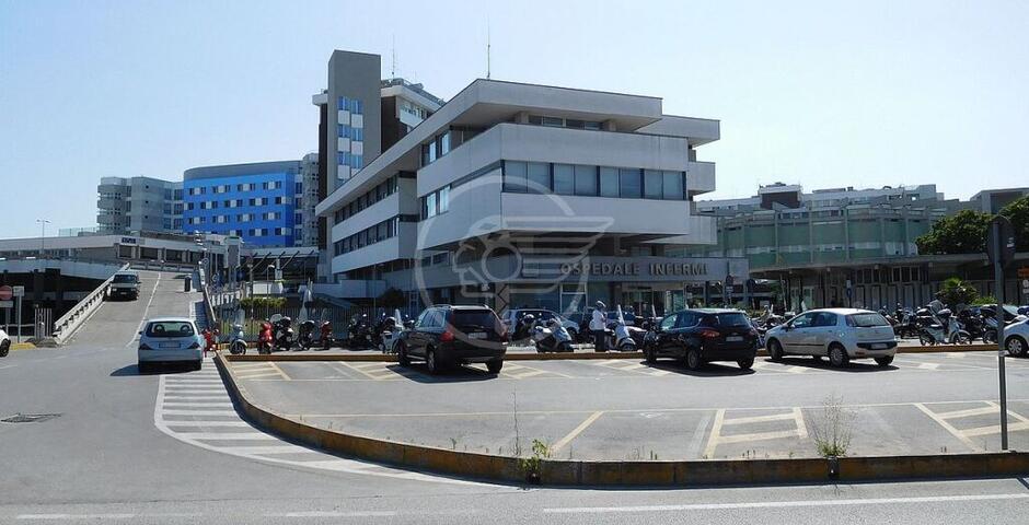 Blocca la fila per fare i tamponi in ospedale: denunciato per interruzione di pubblico servizio