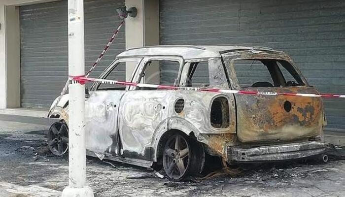 Auto in sosta distrutta da un incendio: tutte le ipotesi al vaglio