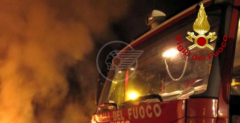 """Un incendio devasta la """"Tiraferri Traslochi"""" nella zona artigianale di Viserba"""