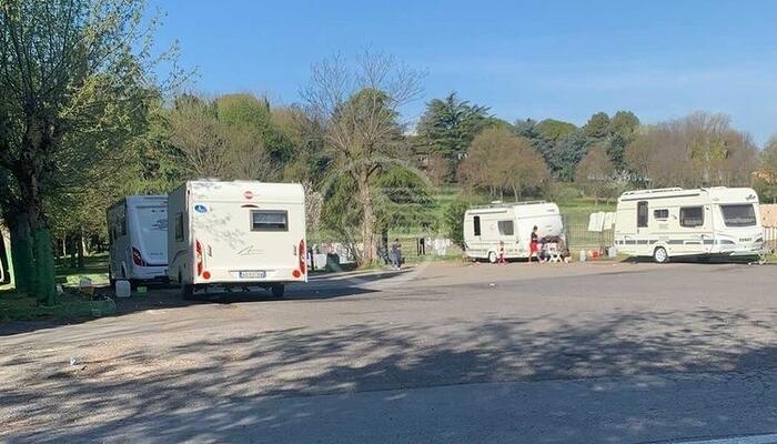 Sgomberata una carovana di roulotte nel parcheggio dell'Ausl Romagna in via Coriano