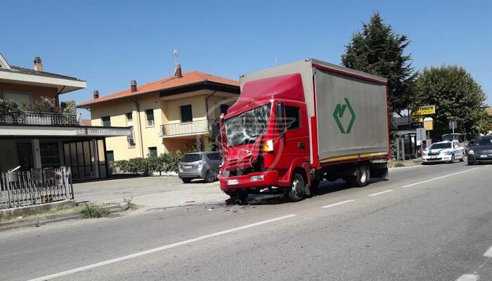 Camioncino semidistrutto in un forte schianto sulla via Ravenna