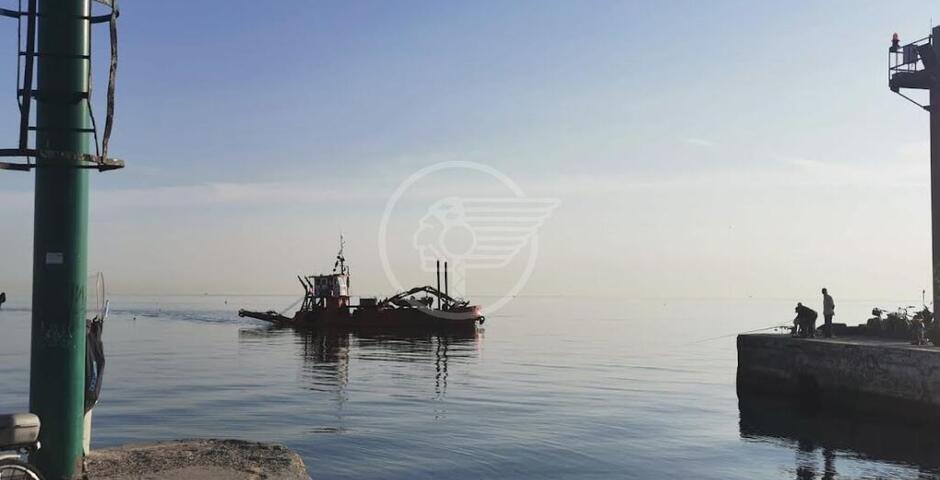 Dragaggio del porto canale: partiti i lavori all'imboccatura, stop previsto il 24
