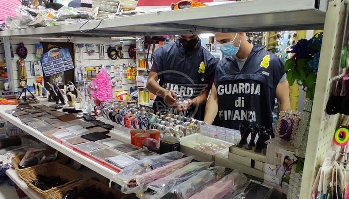 Sequestrati dalla Finanza capi d'abbigliamento contraffatti e giocattoli non sicuri