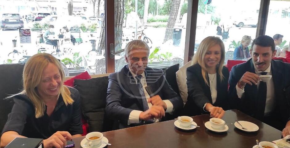 Visita lampo della Meloni con caffè da Pascucci con Ceccarelli e i candidati di FdI