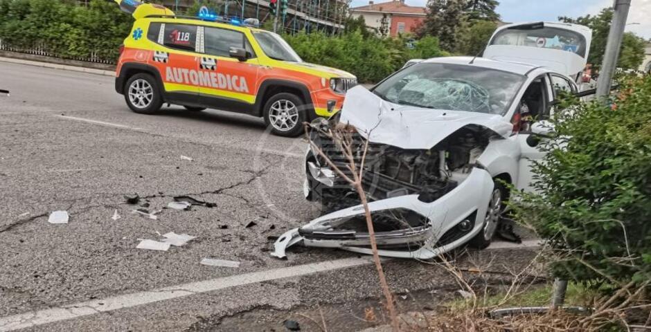 Scooterista grave dopo il violento schianto contro un'auto sulla via Emilia
