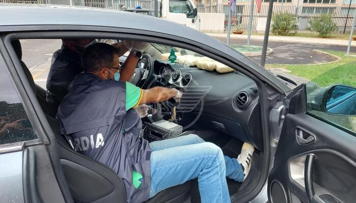 Dietro l'autoradio il cane Donny scopre 7 chili di eroina: la Finanza arresta un albanese
