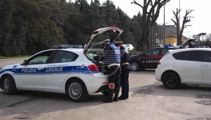 Senza patente e con l'auto non in regola fermato due volte in due giorni: 17mila euro di multa