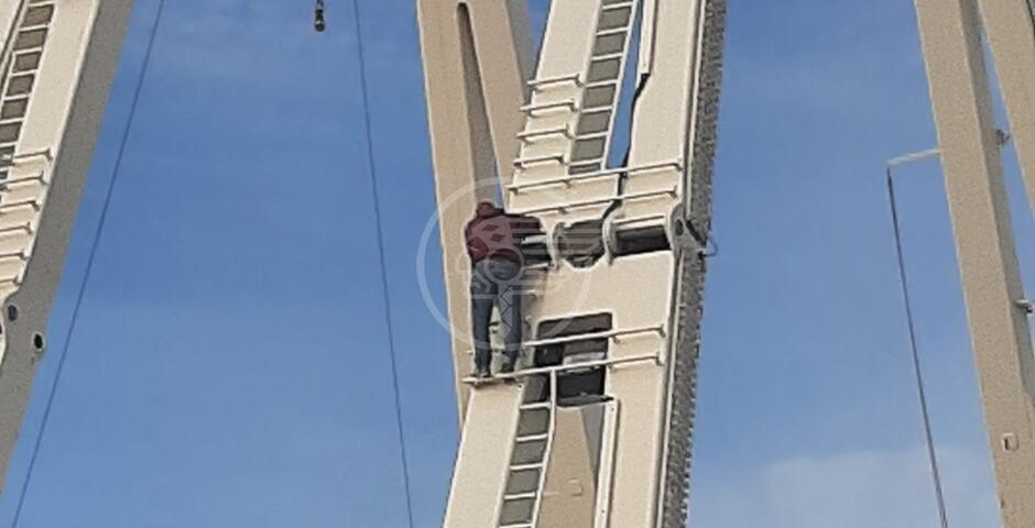 In cima alla ruota panoramica privo di ogni misura di sicurezza: così si rischia la vita