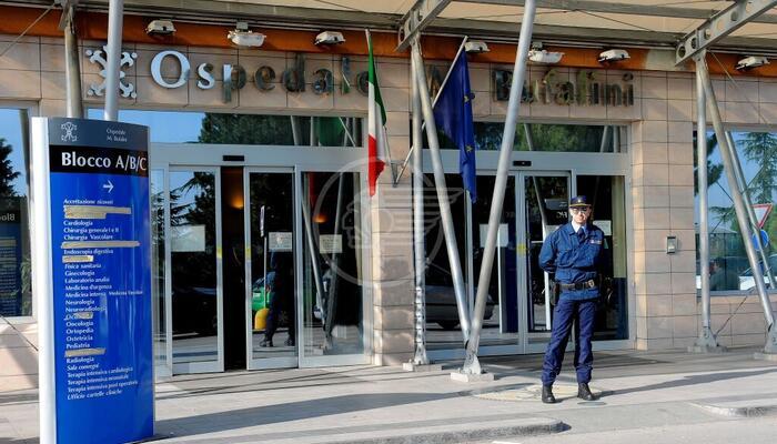 Auto contro moto davanti all'ospedale: 44enne in eliambulanza al Bufalini